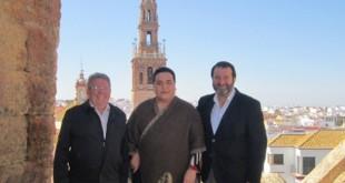 Falete durante la presentación del concierto, junto al alcalde de Carmona, Juan Ávila, y el presidente de la Peña La Giraldilla, Juan José Gómez Reyes.