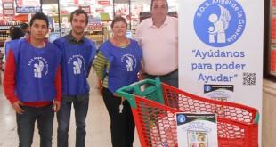 Voluntarios en uno de los supermercados este fin de semana / S.O.S. Ángel de la Guardia