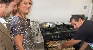 Dolores de Pablo-Blanco visita el catering social de Tres Barrios-Amate / Ayuntamiento de Sevilla
