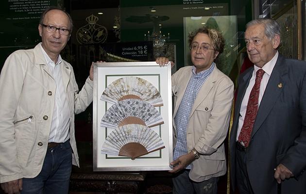 Victorio&Lucchino y el hermano mayor de la Macarena, Manuel García, posan junto a los abanicos / L.A.