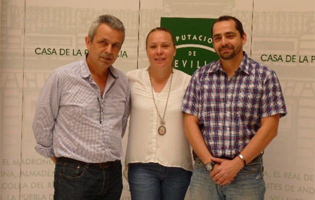 La delegada municipal de Juventud y Deporte del Ayuntamiento de Sanlúcar la Mayor, Ana Isabel González, y representantes de la asociación RUTA / Foto: Diputación de Sevilla