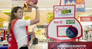 Isabel Sánchez simula lanzar a canasta un paquete de garbanzos / L. A.