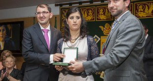 Los jovenes integrantes de Paz y Bien, Teresa Barrios y Jesus Burgos, reciben la placa de Alberto Mercado de la Higuera (PA) / Juan Jose Úbeda
