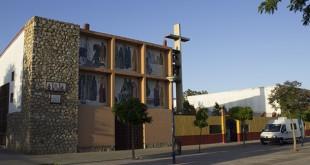 Iglesia de Torreblanca con una furgoneta del Centro de Transfusión Sanguínea en la puerta