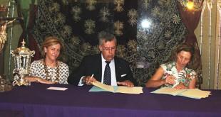 Reyes Muñiz, diputada de Caridad; Lucas Maireles, hermano  mayor; y. Mercedes Molina, presidenta de Autismo Sevilla / Autismo Sevilla