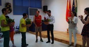 Usuarios de ANIDI le hacen entrega de su regalo al cantante Eduardo Ortega / L.M.