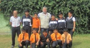 El Padre Jota posa junto con los diez niños del equipo de Hualmay