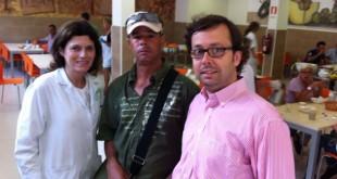 Carlos Cortés es el comensal número 100.000, en el centro, junto a dos voluntarios