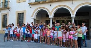 Niños saharauis junto a sus familias de acogida tras la recepción oficial en el Ayuntamiento / L.M.