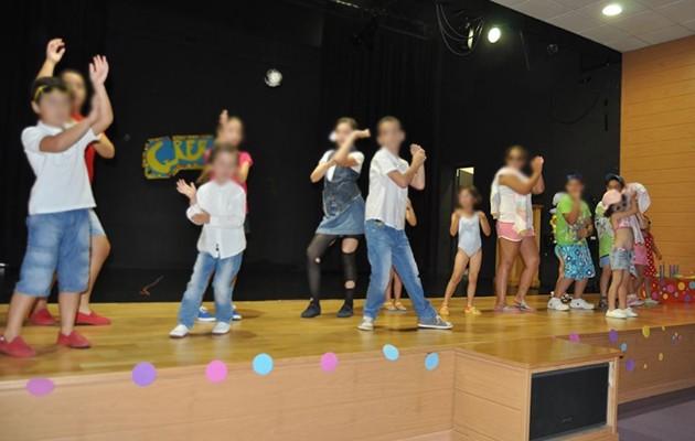 Los niños realizan un baile en la clausura del curso escolar de «La escuelita» / Cáritas