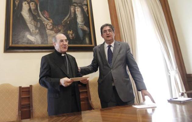 El decano del Colegio de Abogados, José Joaquín Gallardo, entrega al Arzobispo el cheque de la campaña del pasado año / Vanessa Gómez