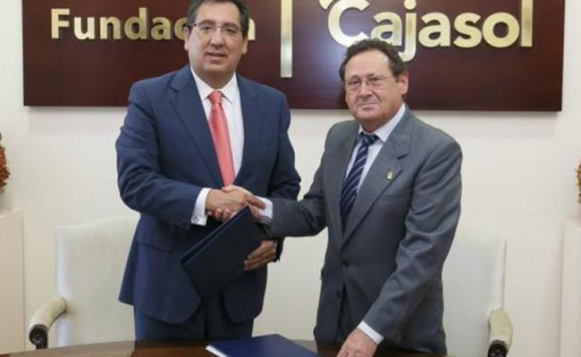 El presidente de la Fundación Cajasol, Antonio Pulido, y el presidente del Club Agrupación de Voleibol Esquimo, Antonio Martín