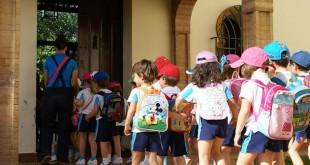 Un grupo de escolares entran en las instalaciones de Paz y Bien