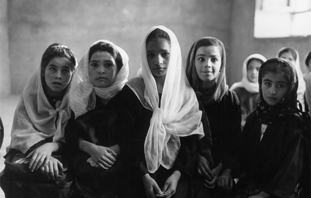 Un grupo de niñas en Afganistán, fotografía de Gervasio Sánchez de la exposición «Afganistán: mujeres contra el olvido y la impunidad»