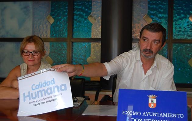 Miguel Serrano muestra el certificado de calidad humana concedido al Ayuntamiento / L.M.