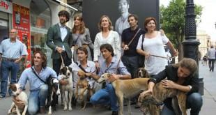 Presentación de la exposición junto a algunos de los artistas que han participado / Raúl Doblado