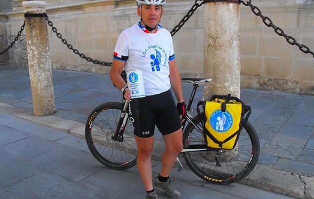 Joaquín Ceballos ha portado durante todo el camino los elementos identificativos de la asociación S.O.S. Ángel de la Guardia