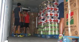Momento de la carga del contenedor que se enviará a Malawi / Llamarada de Fuego