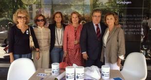 El alcalde de Sevilla, Juan Ignacio Zoido, y la delegada de Asuntos Social, María Dolores de Pablo-Blanco, juntos a voluntarias en la mesa de Pro-vida en la Plaza del Duque