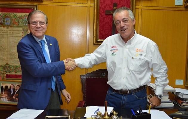 Alberto Máximo Pérez Calero, presidente del Ateneo de Sevilla, e Ignacio Martínez, presidente de la Asociación Raids Solidarios / Ateneo de Sevilla