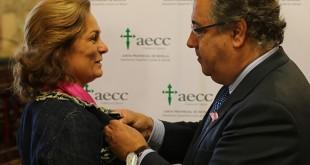El alcalde de Sevilla, Juan Ignacio Zoido, pone un lazo rosa a la delegada de Familia y Asuntos Sociales, Dolores de Pablo-Blanco / Ayuntamiento de Sevilla