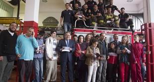 El alcalde de Sevilla posa junto a bomberos de Sevilla y usuarios de Autismo Sevilla