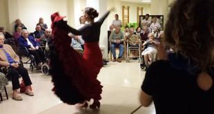 Estudiantes de flamenco de la Fundación Cristina Heeren bailan antes los mayores de la Fundación Doña María
