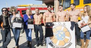 Voluntarias y bomberos posan en la presentación del calendario solidario