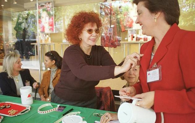 Cayetana en una mesa de cuestación de la Asociación Española de Esclerosis Múltiple en Sevilla / ABC