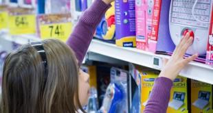 Una niña mira un juguete en una tienda