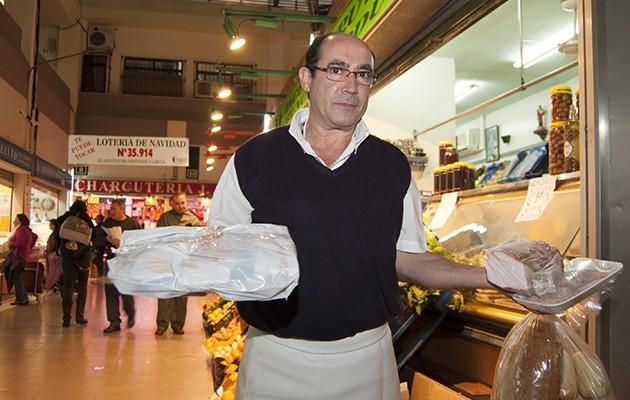 El pescadero Javi Vargas enseña una pequeña parte de los alimentos incluidos en los lotes / L. A.