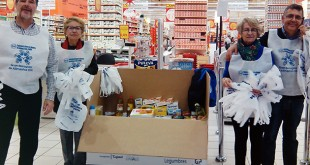 Voluntarios de la Gran Recogida de Alimentos en un centro comercial de Sevilla Este / L.A.