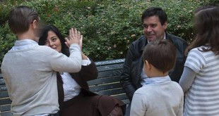 El matrimonio con sus hijos en un parque de Sevilla / Millán Herce