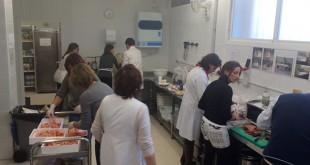 Voluntarios preparan el menú especial de Navidad en el comedor San Juan de Acre / Orden de Malta
