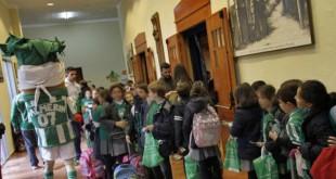 Palmerín visita el colegio Santa Ana con varios jugadores dentro del programa «Del cole al fútbol» / Vanessa Gómez