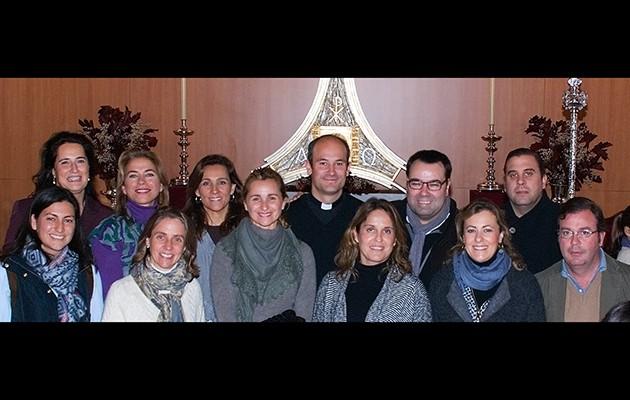 Comité organizador junto al Padre José María Goyarrola y el grupo Siempre Así