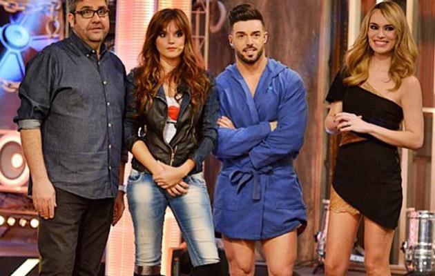 Rasel junto a los presentadores y Melody / Foto: facebook Rasel Oficial