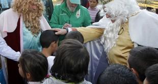 Javier Tebas, Jorge Morillo y otro rey mago junto a los niños del Vacie / Foto: Real Betis Balompié