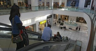 Interior del Centro Comercial Los Arcos / Foto: Raúl Dobladp