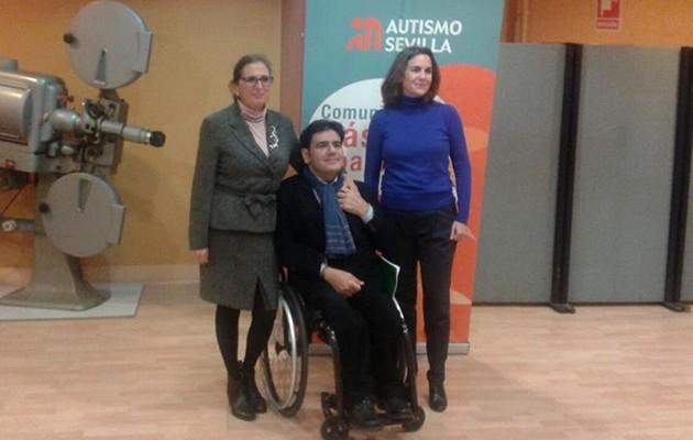 Manuela Martínez, de la Junta Directiva de Autismo Sevilla; Gonzalo Rivas, director general de personas con discapacidad de la Junta de Andalucía);e Yvonne González Sánchez-Pizjuan, coordinadora de Secundaria del Colegio Highlands / Autismo Sevilla