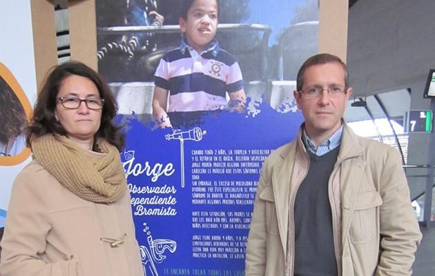 Francisco González y Lourdes Cortegana, junto a una fotografía de su hijo.