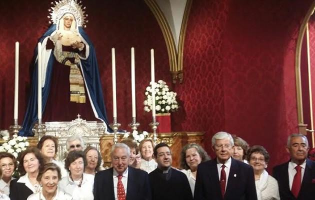 El coro de mayores posa  ante Nuestra Señora de la Paz del Porvenir