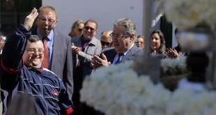 El alcalde de Sevilla Juan Ignacio Zoido aplaude la saeta interpretada por un alumno ante el palio / Fernando Ruso. Ayuntamiento de Sevilla.