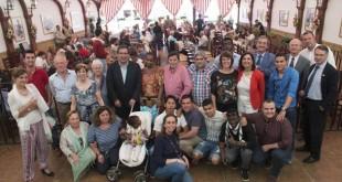 Algunos de los asistentes junto al presidente de la Fundación Cajasol, Antonio Pulido. / Millán Herce