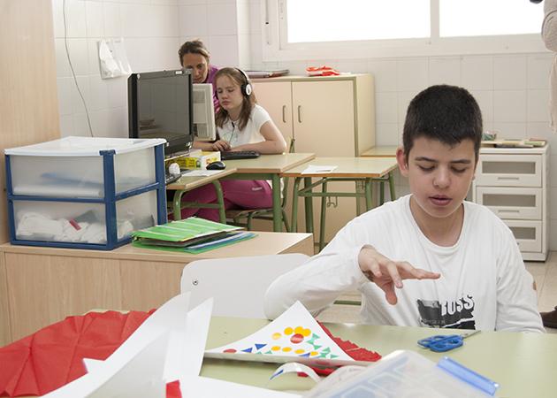 Dos alumnos en el centro de educación especial de Autismo Sevilla