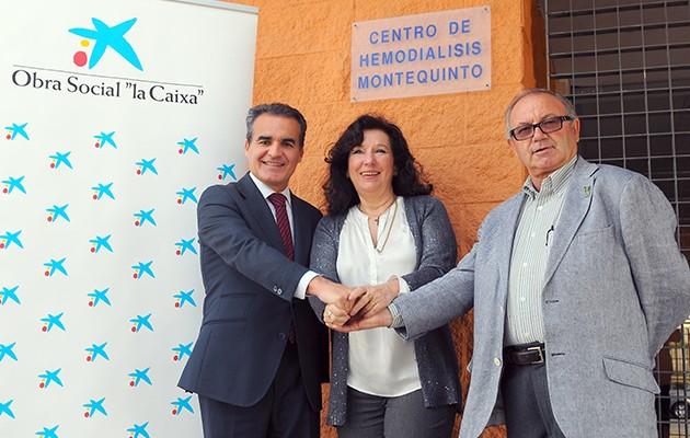 Rafael Herrador, director territorial de CaixaBank en Andalucía Occidental, María Luisa Mesa, presidenta de la Asociación de Empresas Andaluzas de Nefrología y José Soto, presidente de Alcer Giralda / La Caixa
