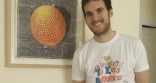 Julio Muñoz Gijón posa con la camiseta de Autismo Sevilla