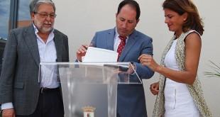 El alcalde Francisco Toscano, el gerente Antonio Martín y la responsable de La Caixa, Ana Mª Soler