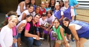 En el centro, los galgos Copla y Tristana de la Fundación Benjamín Mehnert, junto a los niños y profesores del Colegio Vélez de Guevara  / Fundación Benjamín Mehnert
