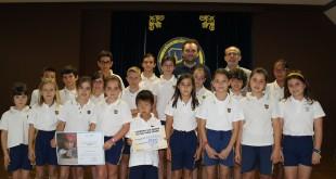 La Comunidad Educativa de Alminar entrega el cheque al responsable del   programa Enrédate de UNICEF Comité Andalucía.